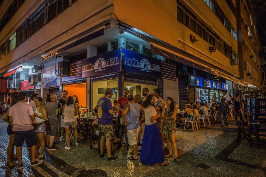 Pavão azul: Pataniscas de bacalhau, chope e café bem em frente à 12 DP, em Copacabana