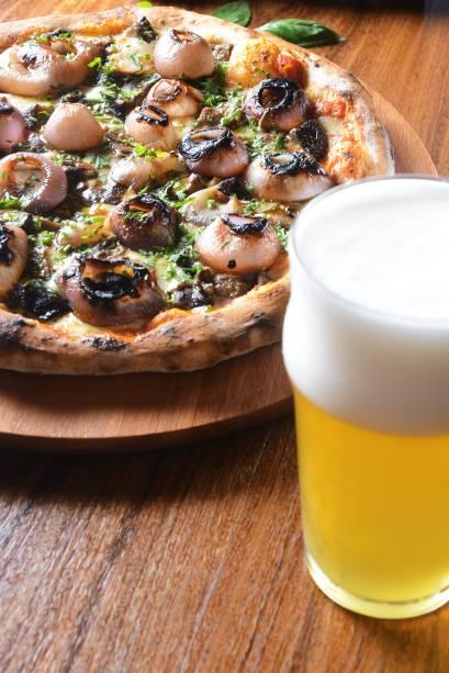 Pizzas crocantes e chope bem tirado: trunfos da casa