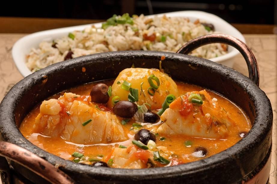 Caçarola de bacalhau servida com arroz de passas e castanhas: receita do Barsa