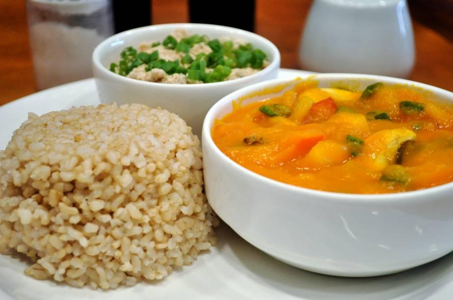 Bobó de cenoura com cogumelos,arroz integral e farofa do Bio Carioca