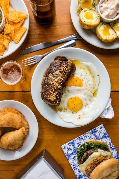 Guacamole de jiló, bolovo de bacalhau, cavalo do rei, hambúrguer e pastéis: delícias do Momo