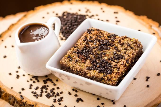 COMIDINHAS ABRE SEM COTACAO Carolina Sales Fit – Brownie funcional de cacau com linhaça com calda