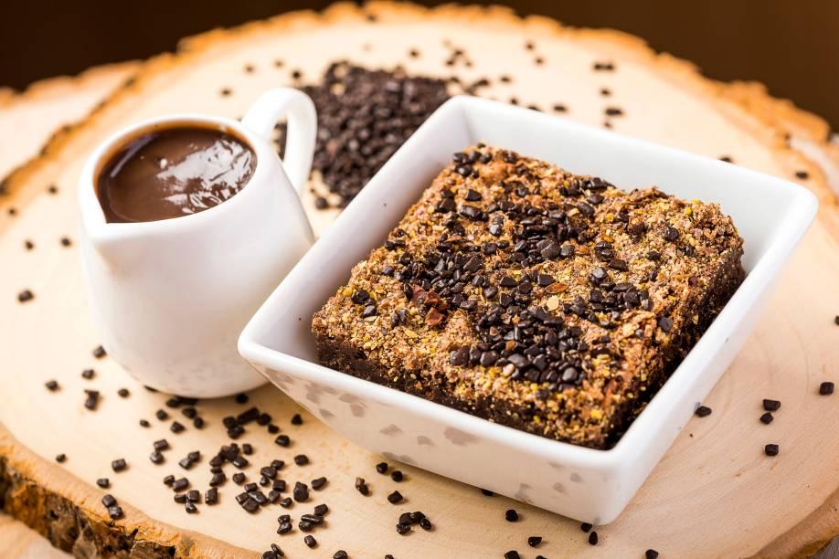 Brownie funcional de cacau com linhaça e calda de brigadeiro: sem glúten ou lactose