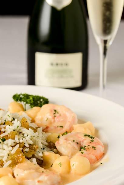 Camarões flambados no champagne e noisettes de maçã, com arroz de passas: no DAmici