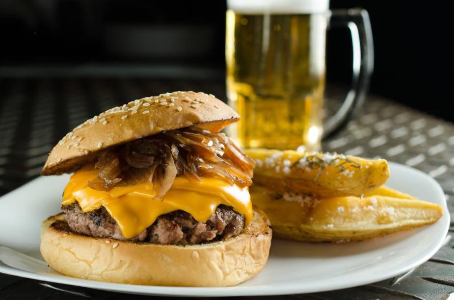 Burger e fritas rústicas: novo pub em Botafogo