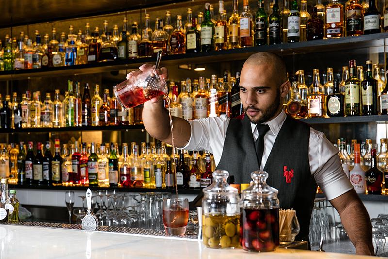 O bartender Plinio Joaquim executa receitas de Fabio La Pietra no disputado balcão