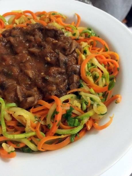 Espaguete de vegetais com shiitake à bolonhesa