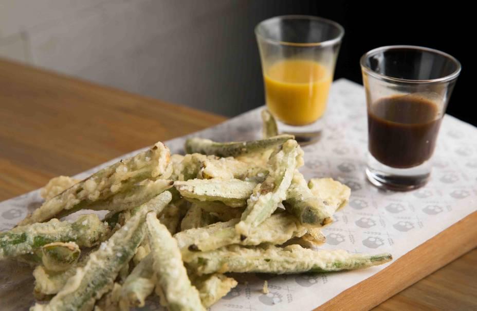 Dedinhos de bruxa: quiabo em massa de tempura