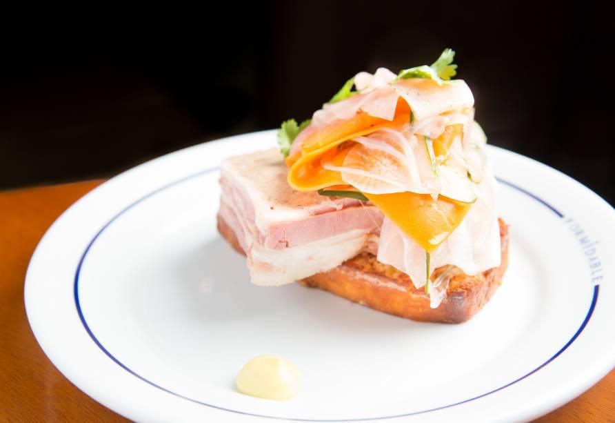 Terrine suína, foie gras, salada de picles e brioche