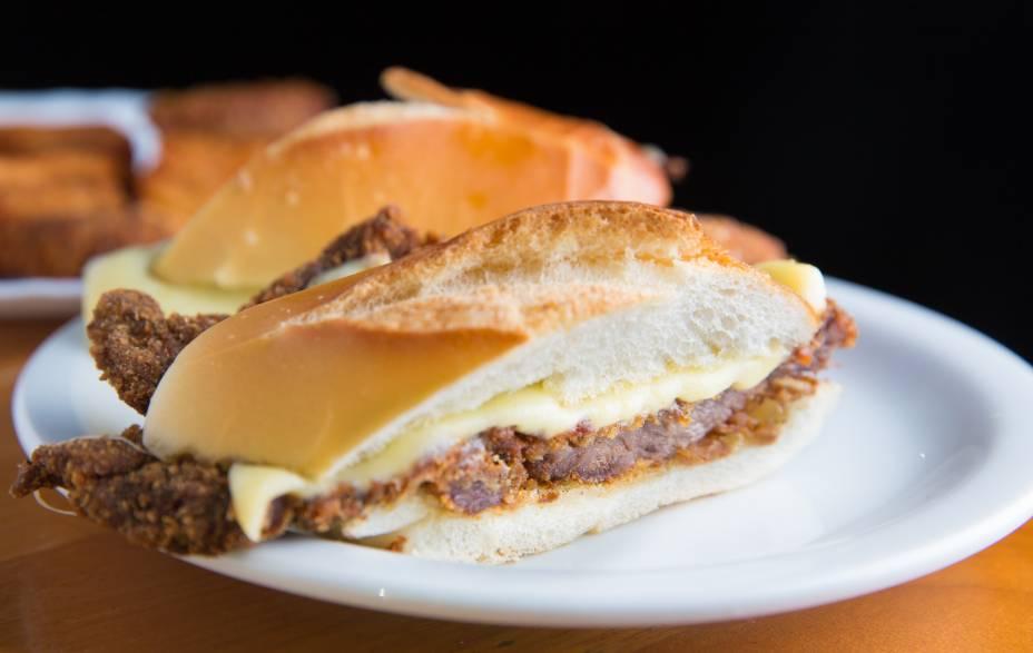 Sanduba de milanesa com queijo: destaque do Bar Madrid