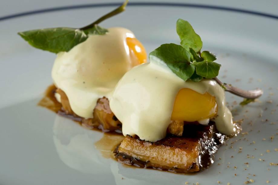 Ovo, maionese e enguia defumada: versão arrojada dos ovos mimosa