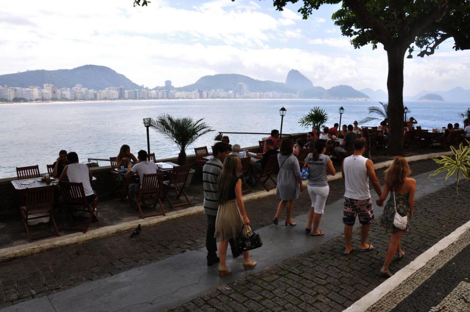 Tomar café da manhã na Confeitaria Colombo no Forte de Copacabana