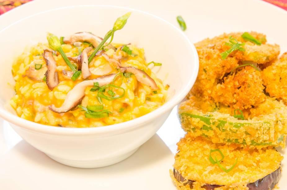 Risoto de abóbora com shiitake, nirá e alho-poró acompanhado de pakoras crocantes (com panko)