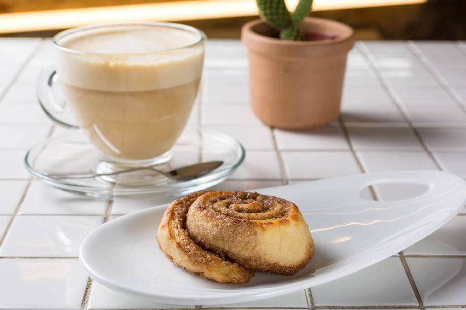Cinnamon roll e capuccino: boa dobradinha