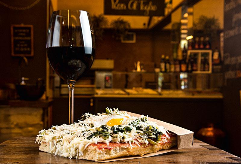 Pizza de espinafre, parmesão e ovo de codorna com gema mole vai bem com um dos vinhos da carta