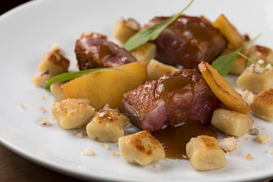 Magret de pato ao molho de figo com nhoque de batata-doce e farofa de castanhas