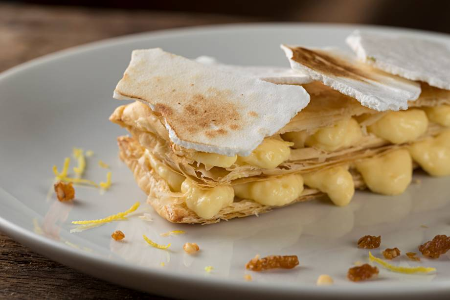 O mil-folhas de limão-siciliano tem casquinha de suspiro e escolta de praliné de amêndoas