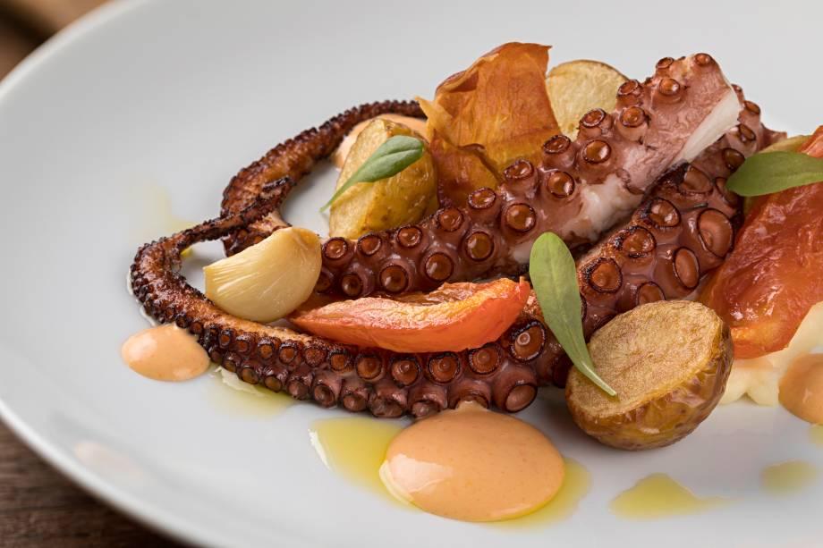 Inédito no menu, o polvo vem ladeado por duo de batatas e aïoli de pimentão vermelho