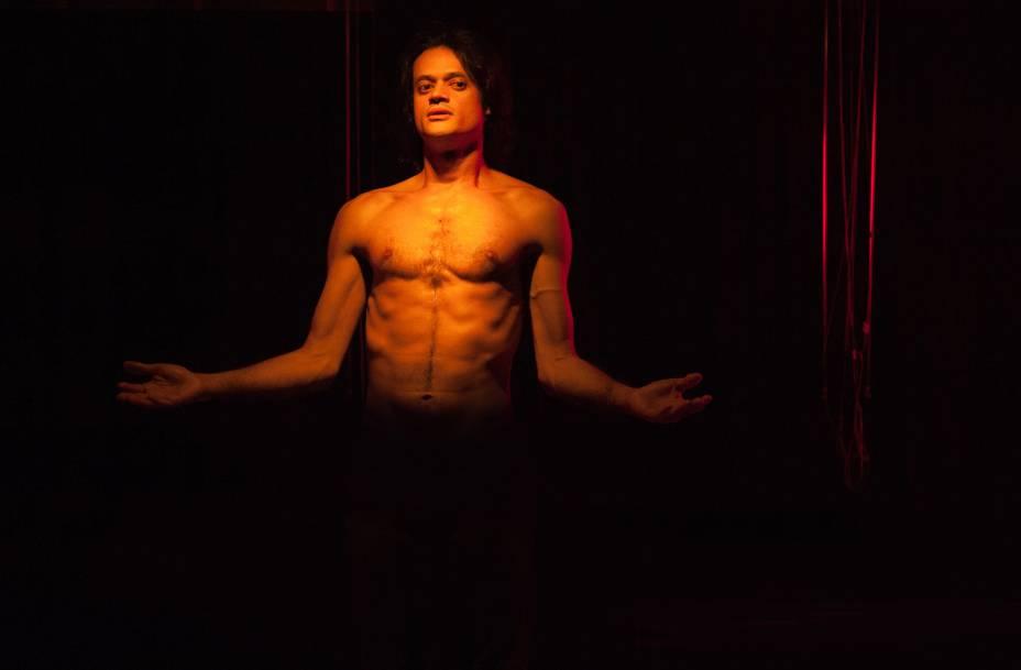 Álamo Facó em cena: flerte com a performance em espetáculo inspirado na morte da mãe