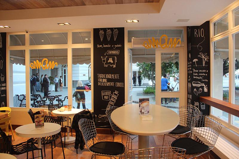 O salão no Copa: varanda charmosa e capacidade para acomodar 92 clientes