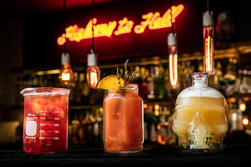 Em recipientes inusitados, chegam drinques como o raining blood (centro) e receitas que variam a cada mês