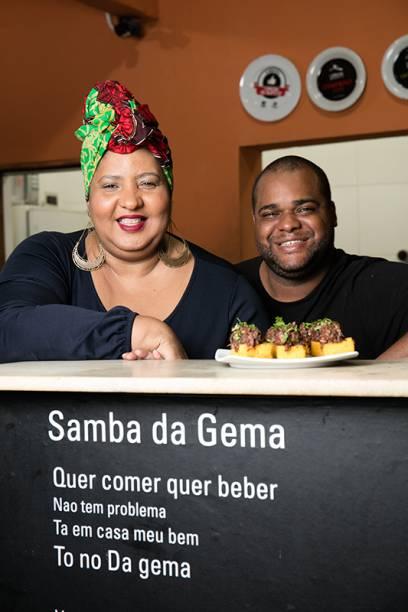 Luiza de Souza e Leandro Amaral na cozinha que dá samba