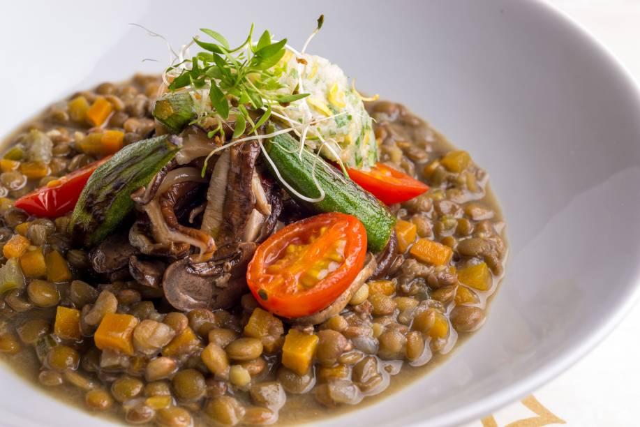 Ragú de lentilhas com sauté de cogumelos frescos, quiabos apimentados e gremolata de alho assado do Miam Miam