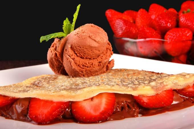 Morango com creme de chocolate com avelãs e sorvete