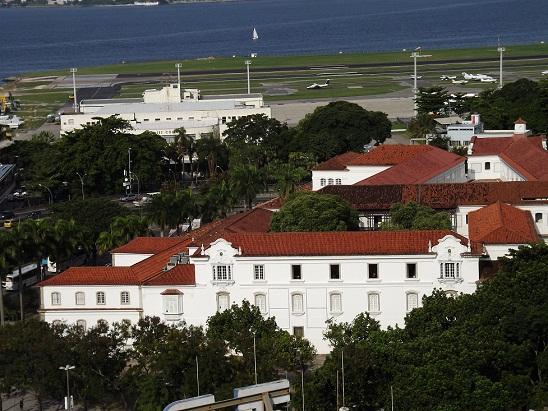 Com o aeroporto Santos Dumont ao fundo, o prédio datado de 1603 abrigou de início o Forte de São Tiago da Misericórdia,