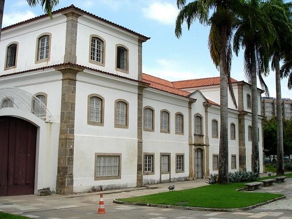 No antigo Arsenal da Marinha, no Centro, o corpo do inconfidente Tiradentes foi esquartejado em uma das celas do calabouço local.