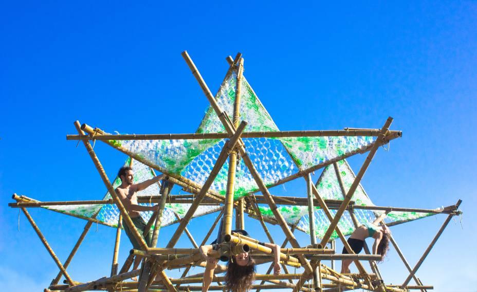 Circuito de Merkabahs: inspiração de Mana Bernardes na prática de exercícios com bambus