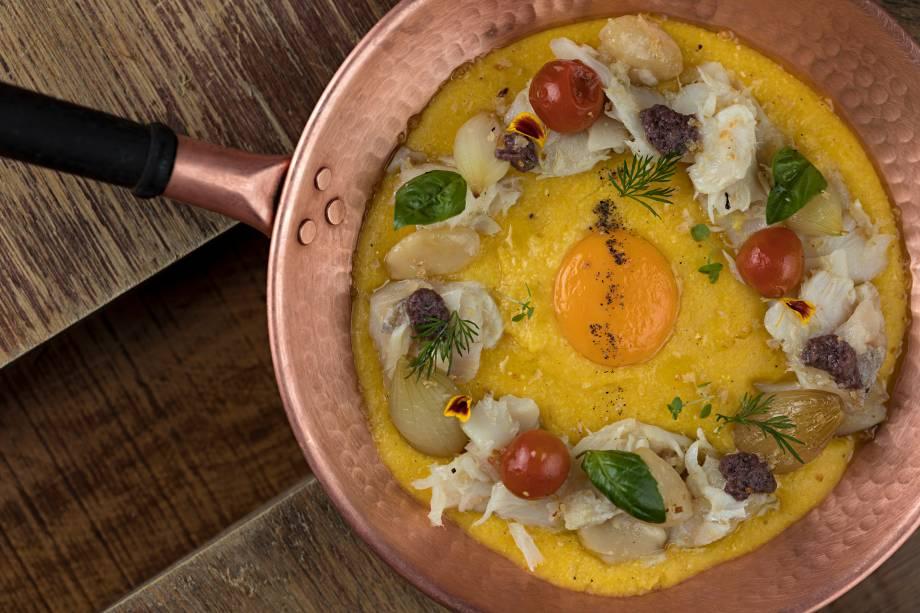 Versão de baccalà mantecato com polenta italiana