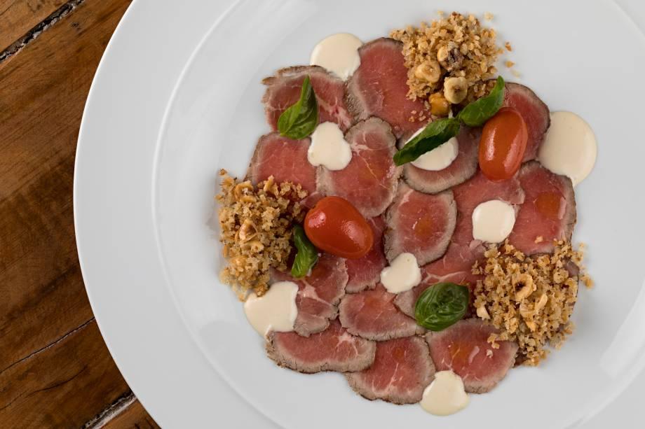 Vitelo Tonnato revisitado com rosbife, acciugatta, tomatinhos e pangratato de avelã