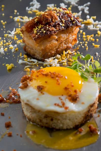 Pão com ovo à carbonara de barriga de porco