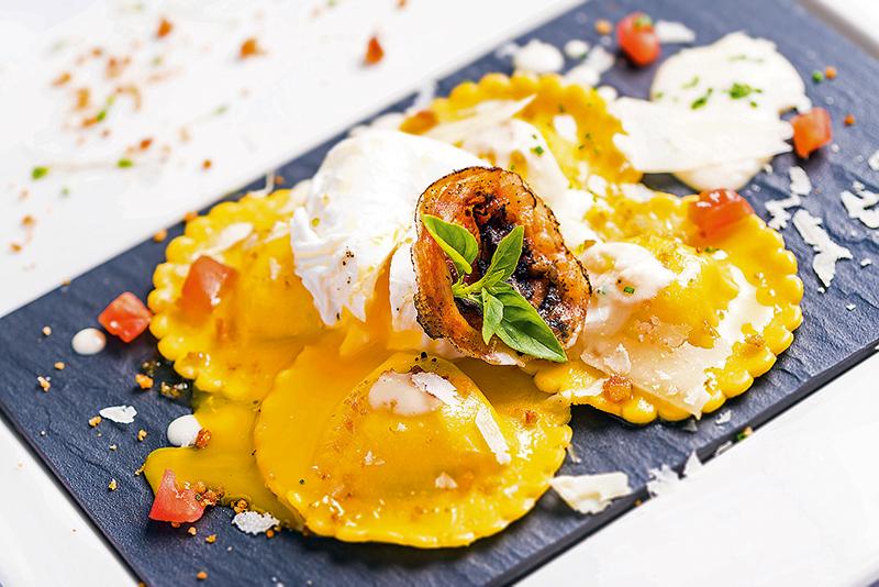 Ravióli à carbonara (R$ 69,00): massa fresca recheada de creme de queijo pecorino e bacon