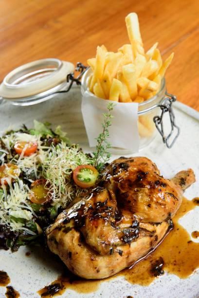 Meio galeto, salada e batata frita (R$ 29,90): atração recorrente no almoço