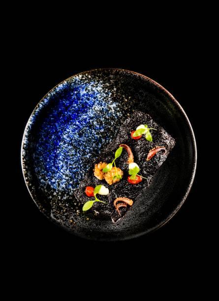 Crocante de arroz negro, lula e aïoli: prazer em duas mordidas