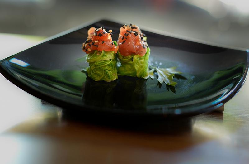 Enrolado de atum picante com acelga: item do combinado tokushu