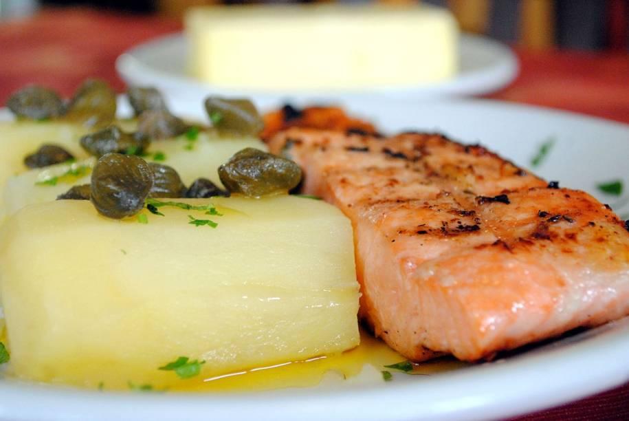Salmão na brasa com batatas cozidas ao molho de alcaparras