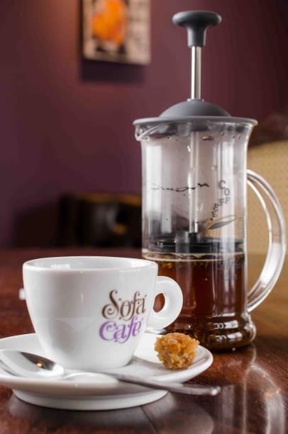 Café coado na French Press: novidade do Sofá Café
