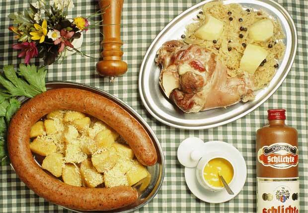 O restaurante serve saborosas receitas alemãs, como o salsichão de boi com salada de batata e eisbein com chucrute