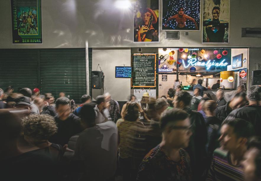O balcão: cerveja, drinques e saborosos petiscos consumidos na rua