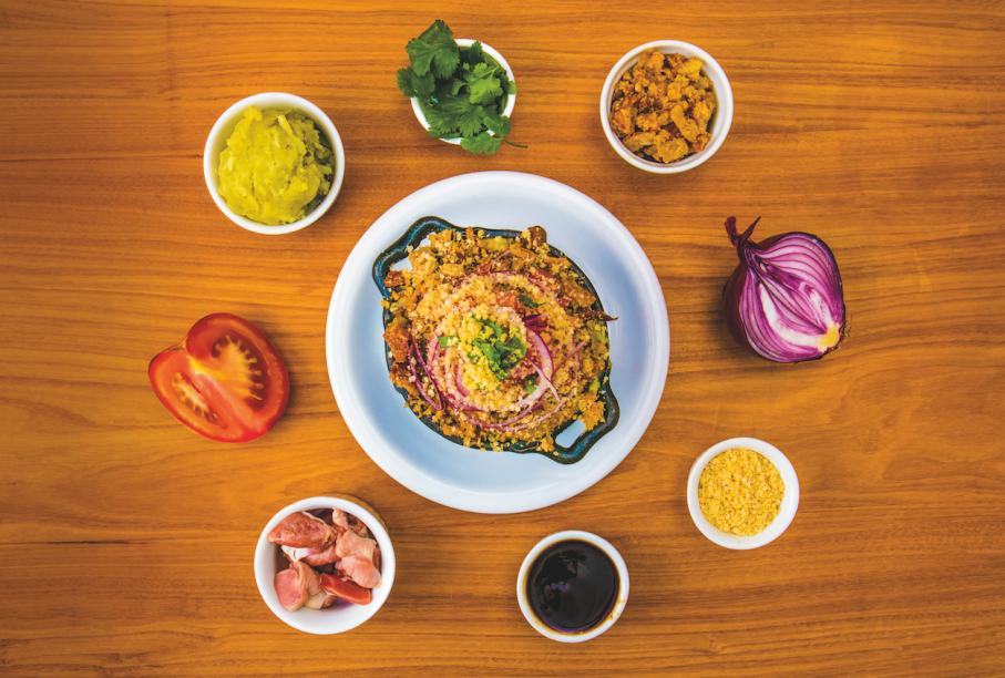Moela, tomate, cebola-roxa, alho, coentro, torresmo, quinoa e temperos asiáticos com purê de batata-doce: receita de sucesso