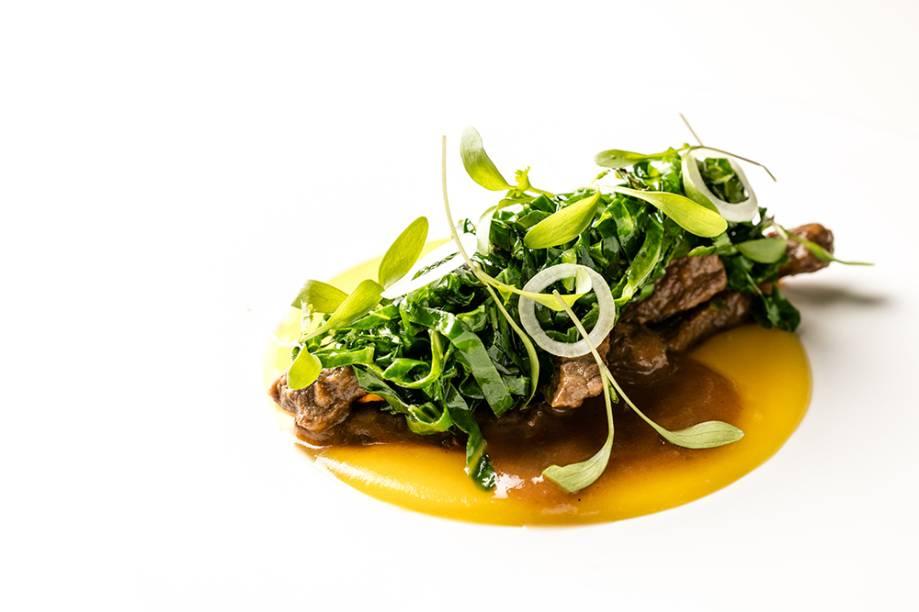 Picadinho de carne no caldo de tucupi, purê de batata-baroa e couve