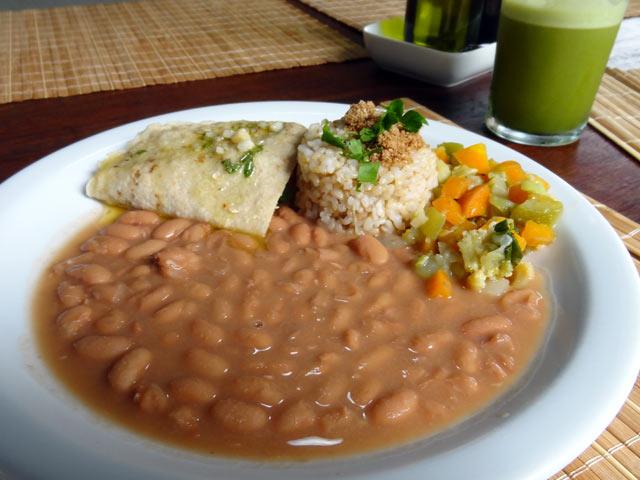Panqueca ao pesto, jardineira de legumes, feijão manteiga à mineira e arroz integral com gersal