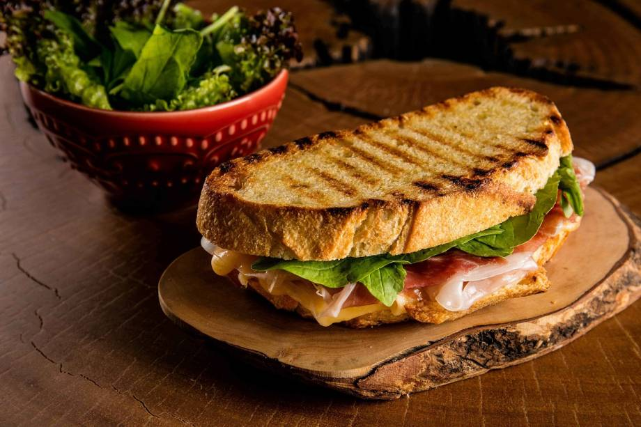 Sanduíche de queijo gouda com parma e rúcula