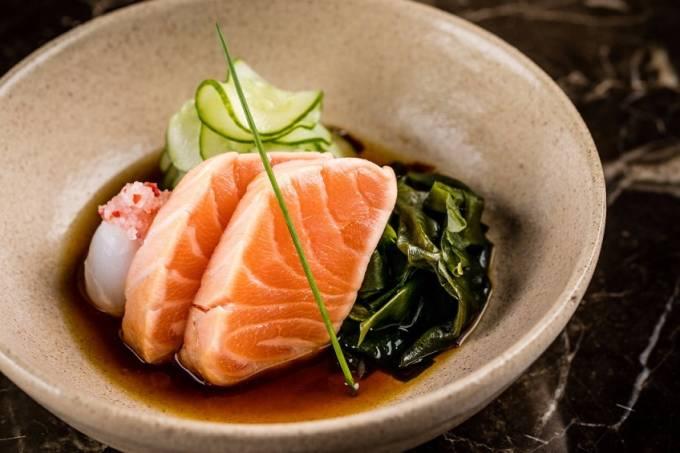 Soho_Salmão selado, salada de pepino japonês, lichia e wakame ao molho ponzu