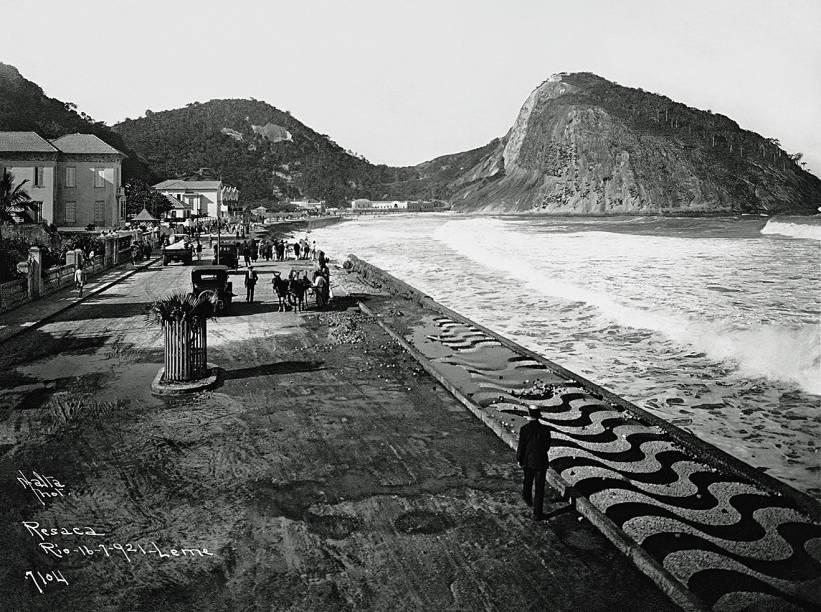 Foto de Augusto Malta: pedras portuguesas na orla do Leme
