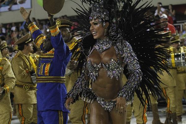O desfile da escola marcou a estreia da rainha Gracyanne Barbosa à frente da bateria. O costeiro com 500 penas de faisão e cristais que a modelo iria usar quebrou ainda no setor um da avenida. A bela acabou desfilando com uma versão mais simples do adereç<br>