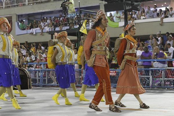 A comissão de frente inovou ao dar vida às sanfonas de Gonzagão nas acrobacias de um ginasta romeno. A coreografia foi assinada por Priscilla Mota e Rodrigo Negri, bailarinos solistas do Theatro Municipal do Rio de Janeiro.<br>